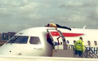 Người khiếm thị leo lên tận nóc máy bay để biểu tình