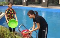 Thiếu nước sạch do nhiễm dầu, người dân Hà Nội phải giặt quần áo ở bể bơi