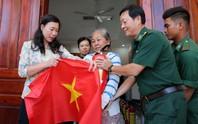 Cờ Tổ quốc đến tay ngư dân huyện Cần Giờ, TP HCM