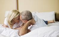 Vợ trẻ mong con, quý ông 60 có cần quyền trợ giúp?