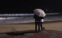 [Video] Hồi hộp trước cảnh nhiều người ra biển Nha Trang để... chờ bão số 6