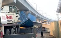 TP HCM: Xe container kéo sập cầu bộ hành trước cổng Suối Tiên