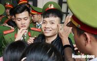 """Bị tuyên phạt 10 năm 6 tháng tù, Khá """"Bảnh"""" nhìn người thân cười lúc rời tòa"""