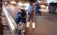 TP HCM: Người đàn ông thản nhiên... tiểu bậy giữa phố
