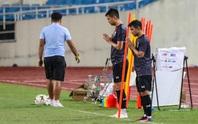 Cầu thủ Thái Lan cầu nguyện trước buổi tập trên sân Mỹ Đình khi gió mùa tràn về