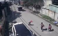 Kinh hãi  3 học sinh trên xe đưa rước đang chạy bất ngờ văng xuống đường