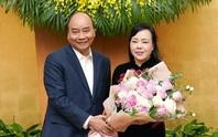 Nguyên Bộ trưởng Nguyễn Thị Kim Tiến xúc động nhận hoa từ Thủ tướng