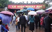 Biển người đội mưa dâng hương trước lễ khai ấn đền Trần