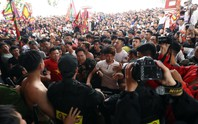 Hàng trăm thanh niên bao vây BTC lễ hội, đòi cướp phết lấy may