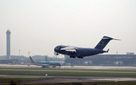 Cận cảnh ngựa thồ C-17 chở trực thăng của Tổng thống Donald Trump đến Nội Bài
