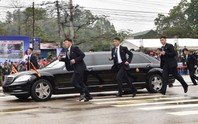 Dàn cận vệ chạy theo xe, đưa Chủ tịch Kim Jong-un rời ga Đồng Đăng