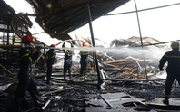 Cháy lớn trong giờ làm, hàng trăm công nhân xưởng gỗ hoảng hốt
