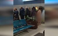 Một hành khách khỏa thân lên máy bay để... bay cho nhanh