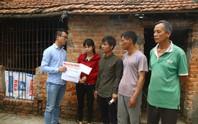 Mẹ nữ sinh lớp 9 bị đánh nghẹn ngào khi Báo Người Lao Động trao tiền hỗ trợ