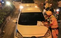 Gặp chốt CSGT, tài xế dùng chiêu đổi tài, xin uống nước nhưng vẫn bị giam xe