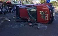 Kinh hoàng xe cứu thương vượt đèn đỏ, đâm xe bán tải lăn nhiều vòng