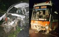 Xe khách tông trực diện xe con, 2 người tử vong kẹt trong xe