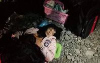 Sản phụ đẻ rơi con trên đường rừng trong đêm, bác sĩ đến hiện trường cấp cứu