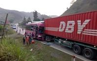 Xe container lấn làn gây tai nạn kinh hãi, tài xế xe khách gãy cả 2 chân