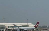 Máy bay chở 317 người hạ cánh khẩn vì động cơ bốc khói
