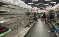 Nhân viên Auchan muốn khóc nhìn khách vừa mua, vừa ăn, vừa phá hàng hóa trong siêu thị