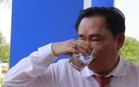 Ông Dũng lò vôi uống nước thải đã xử lý trước mặt Bộ trưởng TN-MT