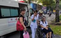 Vừa mổ xong, thí sinh được xe cứu thương chở đi thi