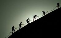 Úc: Du khách đổ xô leo núi thiêng trước khi bị cấm
