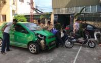 Xe ôtô điên gây tai nạn liên hoàn rồi bỏ trốn