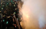 Hồng Kông: Cảnh sát trấn áp, để nhóm đeo mặt nạ đánh người biểu tình