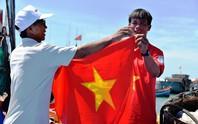 Trao 1.000 lá cờ Tổ quốc cho ngư dân Đức Phổ