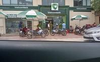 Kẻ bịt mặt cầm súng xông vào uy hiếp, cướp tại chi nhánh ngân hàng Vietcombank