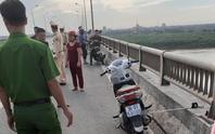 Bỏ lại xe máy trên cầu, cô gái trẻ bất ngờ nhảy xuống sông Hồng tự tử