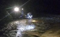 Bị nước lũ cuốn trong đêm mưa do bão số 2, người đàn ông bám vào ngọn tre cầu cứu