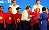 Thủ tướng cùng Báo Người Lao Động trao 10.000 lá cờ Tổ quốc cho ngư dân