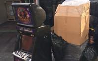 Nhập lậu 40 máy đánh bạc nhưng khai là... bàn làm việc