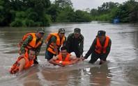 Cứu 3 người dân thoát chết khi mắc kẹt trong dòng nước lũ
