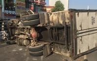 Hiện trường ngổn ngang xe tải ủi xe máy trên cầu vượt Cây Gõ