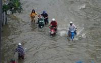 Triều cường dâng cao, hàng loạt tuyến đường TP HCM lại chìm trong nước
