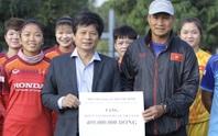 Chủ tịch Hội nhà báo TP HCM trao 400 triệu đồng cho ĐT bóng đá nữ Việt Nam trên sân tập