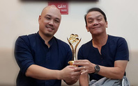 NSND Triệu Trung Kiên cùng các nghệ sĩ khoe tượng Mai Vàng ở Hà Nội