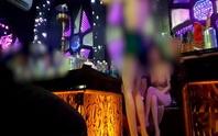 Tranh giành nữ nhân viên rót bia ở quán karaoke, lấy chai bia và micro đánh đối thủ