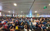 Đường ra sân bay vắng, máy bay xếp hàng chờ cất cánh ở Tân Sơn Nhất