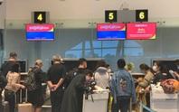Đoàn khách Vũ Hán đeo khẩu trang làm thủ tục rời Đà Nẵng