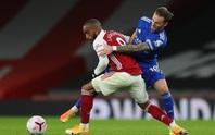 Siêu dự bị Vardy lập công cho Leicester, Arsenal thua đau ở Emirates