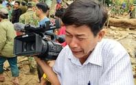 Phóng viên bật khóc khi thi thể một cháu bé được đưa lên từ bùn đất ở Trà Leng
