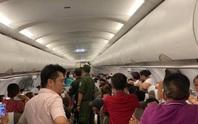 Bàn giao hành khách la hét có bom trên máy bay cho đại sứ quán