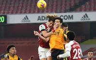 Không chiến kinh hoàng, sao Wolves nứt hộp sọ, David Luiz khâu đầu 7 mũi