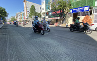 Loạng choạng tay lái đi qua con đường tróc lở giữa trung tâm TP HCM