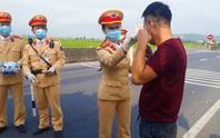 CSGT Quảng Bình chặn hàng ngàn ôtô để phát khẩu trang phòng dịch